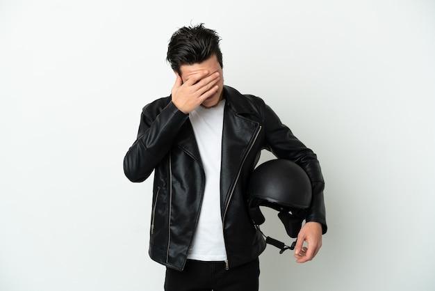 Homme russe avec un casque de moto isolé sur fond blanc avec une expression fatiguée et malade