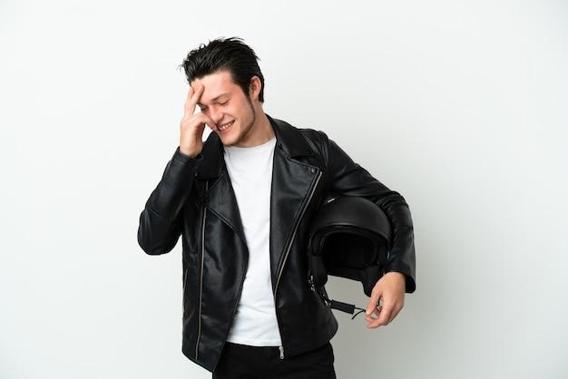 Homme russe avec un casque de moto isolé sur fond blanc en riant
