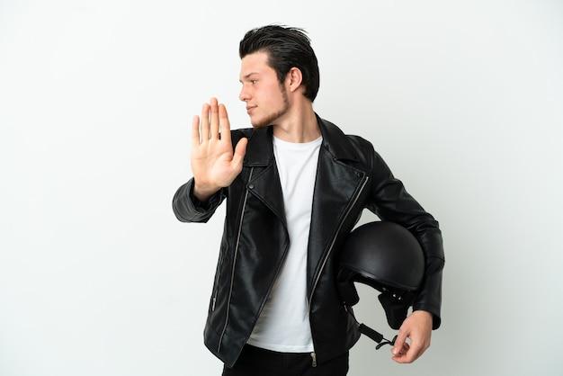 Homme russe avec un casque de moto isolé sur fond blanc