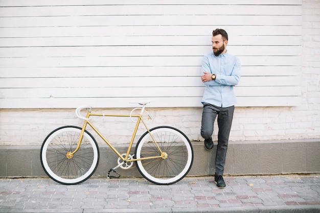 Homme, s'appuyer, blanc, mur, bicyclette