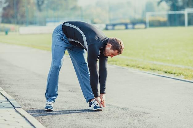L'homme s'échauffe avant de faire de l'exercice. mode de vie sportif