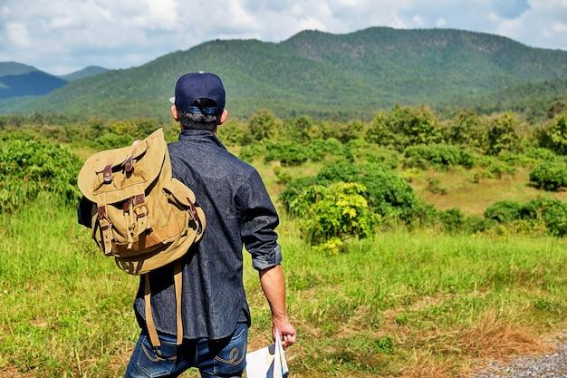 Homme avec un sac à bagages dans le pays