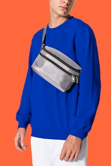 Homme avec sac ceinture gris
