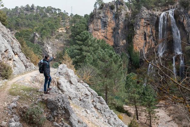 Homme avec sac à dos explorant la nature