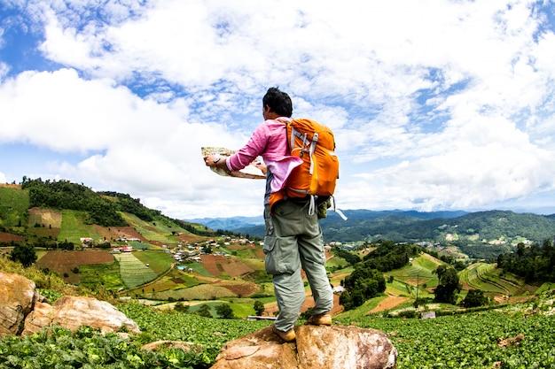 Homme avec sac à dos, randonnée en montagne voyage lifestyle dans la campagne nord, thaïlande