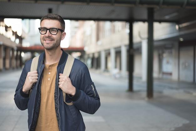Homme, à, sac à dos, sourire, étudiant