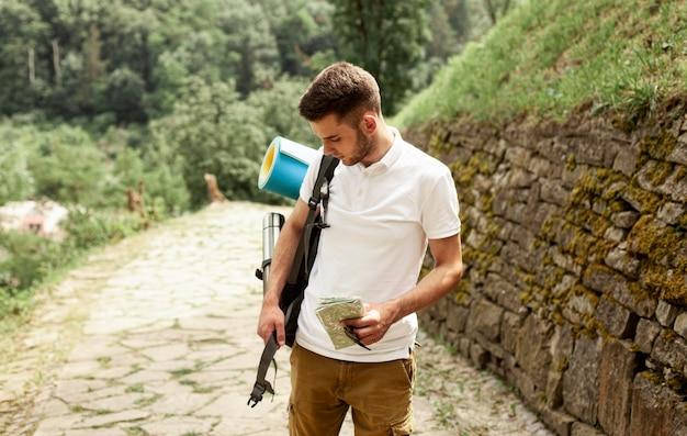 Homme avec sac à dos voyageant seul dans les ruines