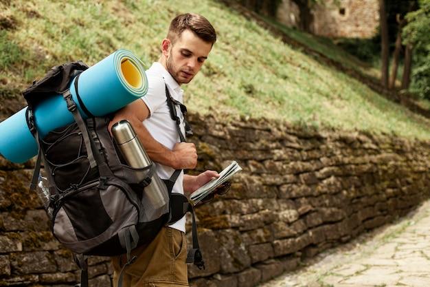 Homme avec sac à dos voyageant seul