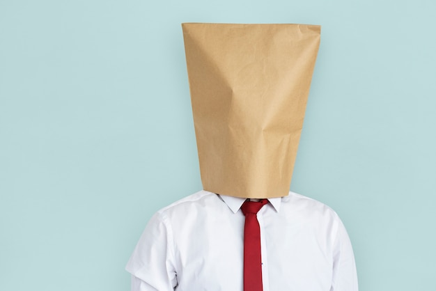 Homme sac papier couverture visage honte portrait concept