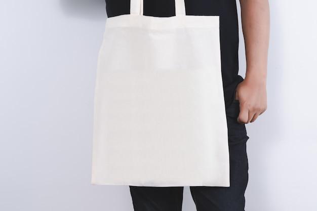 Homme avec des sacs en coton sacs à provisions éco maquette