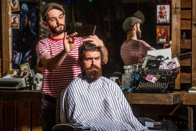Homme en salon de coiffure