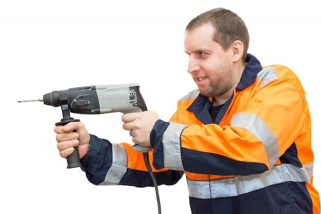 Homme en salopette avec un marteau