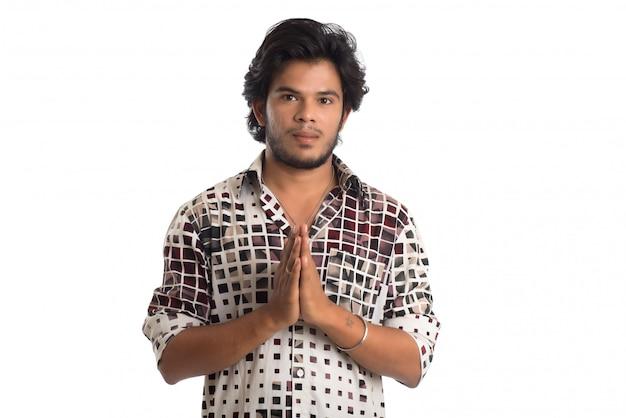 Homme saluant 'namaste'. mains représentant des salutations indiennes traditionnelles, namaste (bienvenue), isolé sur blanc.
