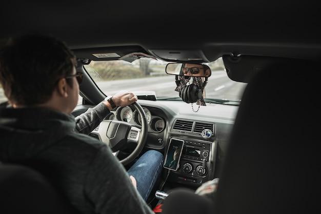 Homme sans visage au volant de voiture