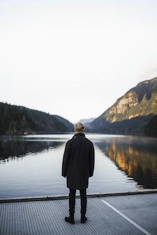 Homme sans visage, regardant le lac