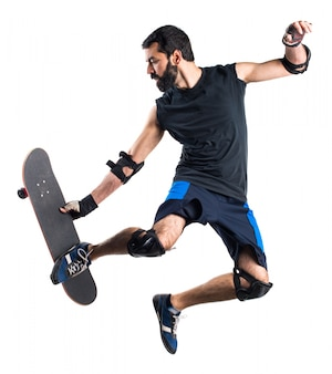 Un homme avec un saut à la planche à roulettes