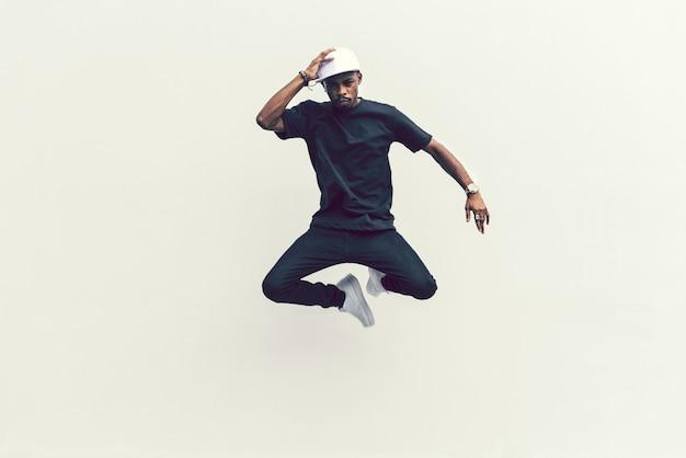 Homme sautant dans les airs