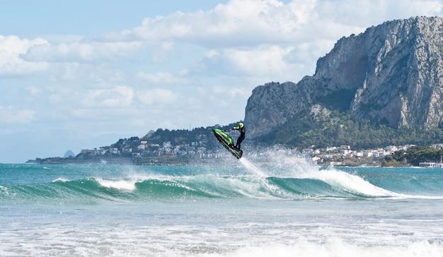 Homme saute sur le jet ski