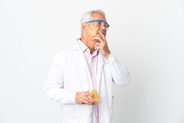 Homme scientifique brésilien d'âge moyen scientifique isolé ayant des doutes