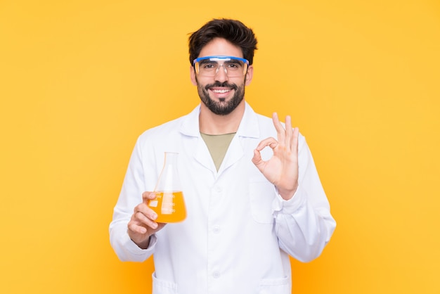 Homme scientifique sur mur jaune isolé