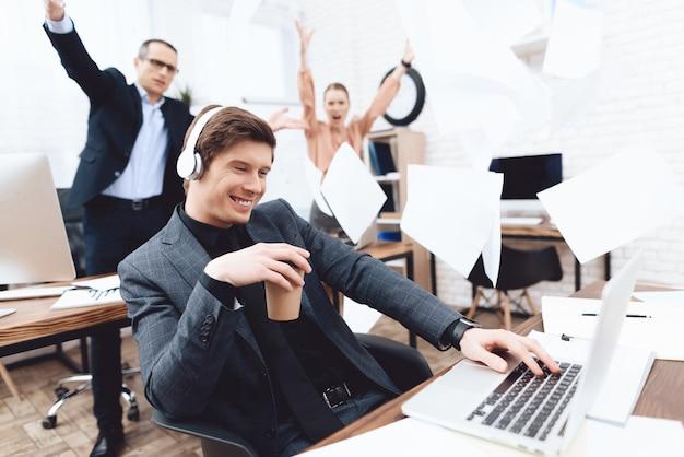 Un homme se détend au travail. il se repose dans le bureau d'affaires.