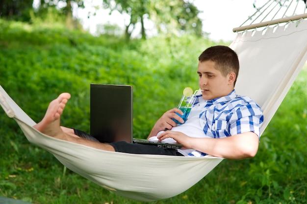 Homme se détendre dans un hamac
