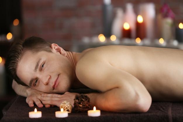 Homme se détendre dans un salon de spa