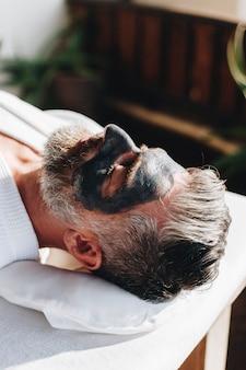 Homme se détendre dans un spa de beauté