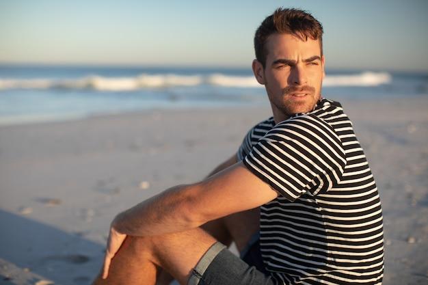Homme se détendre sur la plage