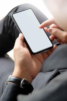 Homme se détendre et utiliser un téléphone intelligent. vue de dessus