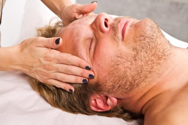 Homme se faire masser au centre de beauté