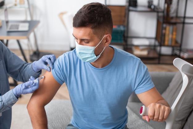 Homme se faire vacciner en gros plan