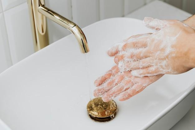 Homme se lavant les mains avec du savon
