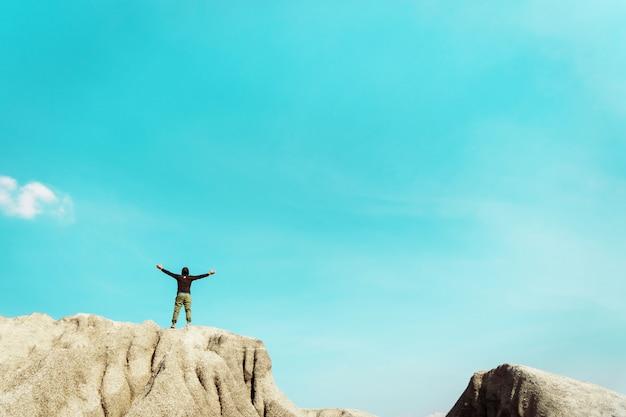 L'homme se lève les mains vers le ciel ressentir la liberté avec copie espace de ciel bleu.
