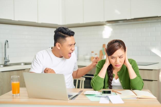 Un homme se plaint à la femme à la maison