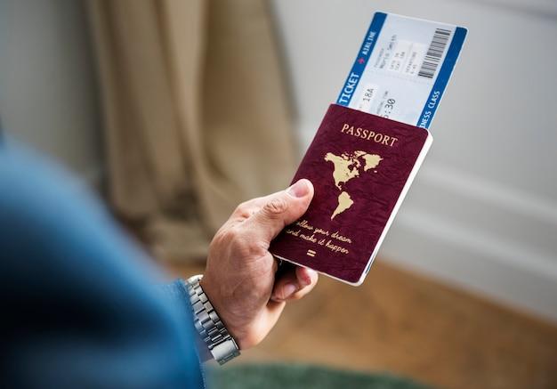 Un homme se préparant à voyager