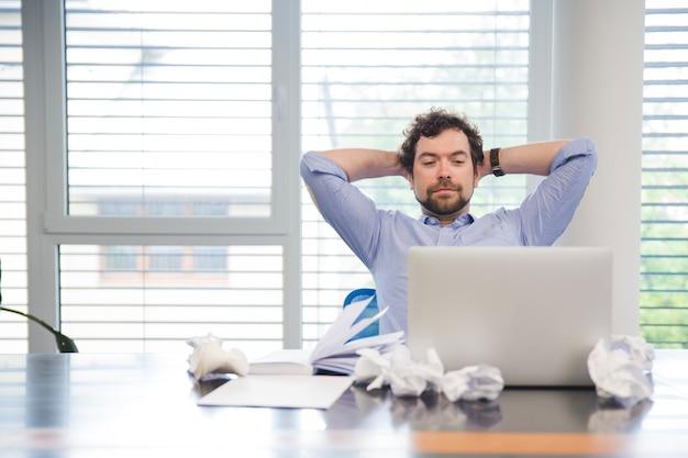 L'homme se relaxe au lieu de travail