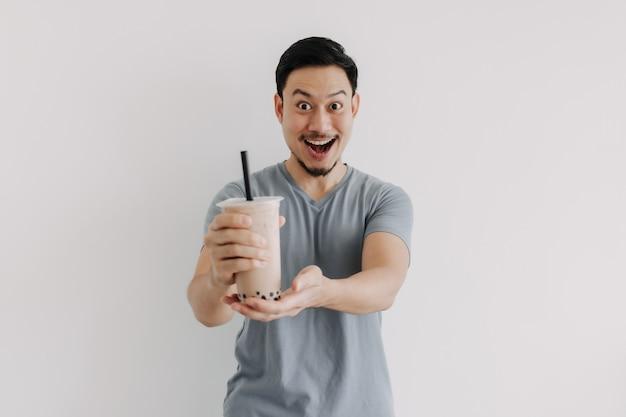L'homme se sent heureux avec son thé boba isolé sur fond blanc