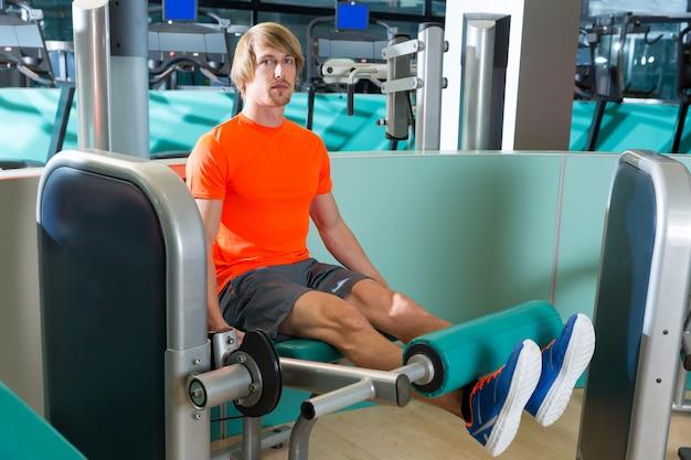 Homme de séance d'entraînement gym jambe extension