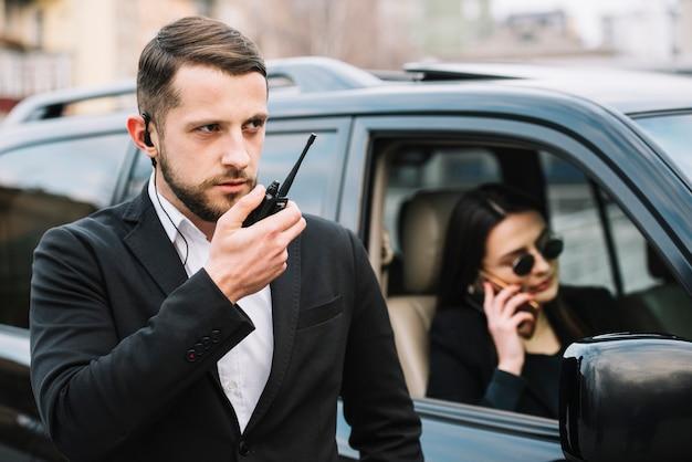 Homme de sécurité protégeant le client