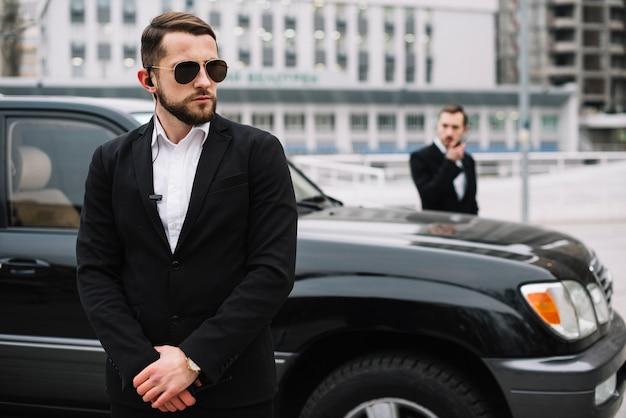 Homme sécurité, vue frontale, superviser