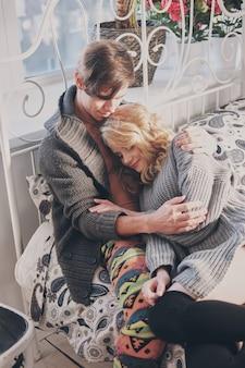 Homme séduisant et femme dans la chambre ensemble câlins mignon