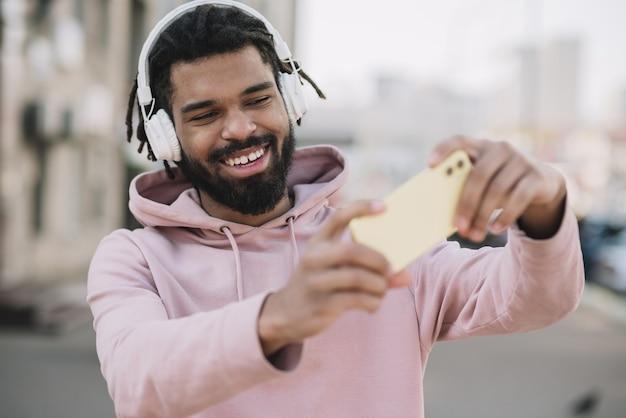Homme séduisant prenant un selfie