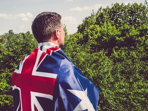 Homme séduisant tenant le drapeau australien. fête nationale