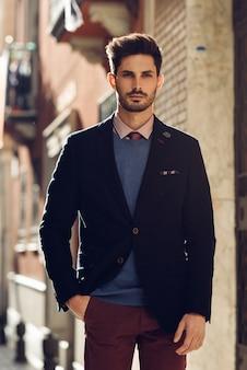 Homme séduisant, vêtu d'un costume élégant britannique dans la rue. coiffure moderne.
