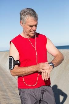 Homme senior actif jogging sur la jetée