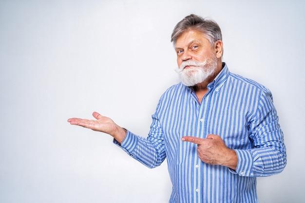 Homme senior excentrique avec portrait d'expression drôle sur la surface