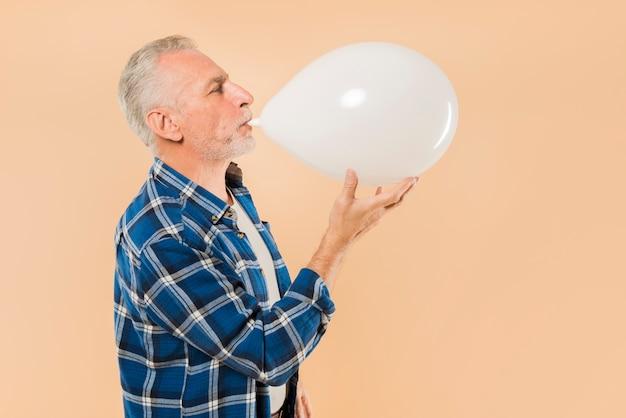 Homme senior moderne avec ballon