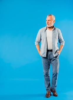 Homme senior moderne et cool