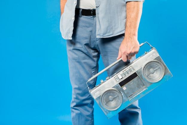 Homme senior moderne avec radio vintage